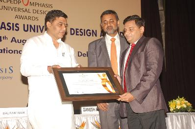 Dr Singh receiving NCPEDP MphasiS Universal Design Award 2013 by minister
